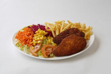 Kofte sur assiette avec frites et crudités