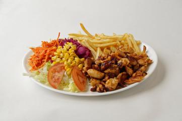Poulet grillé sur assiette avec frites