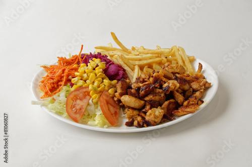 Deurstickers Klaar gerecht Poulet grillé sur assiette avec frites