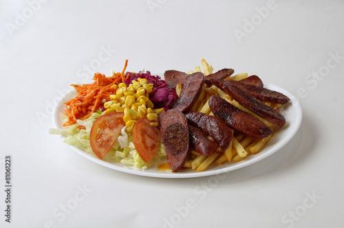 Deurstickers Klaar gerecht Saucisse turque sur assiette avec frites