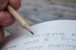Ecriture manuscrite au crayon de bois dans livre en papier recyc - 81068689