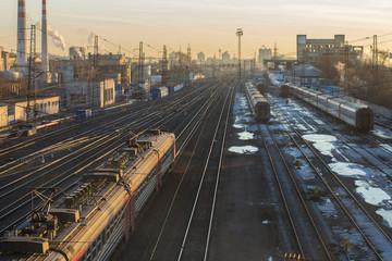 Поезд движется по путям