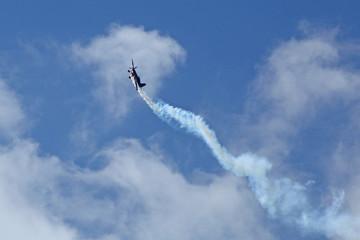 Voltige d'un avion avec fumigène