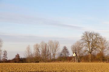 Hochsitz auf einem Feld