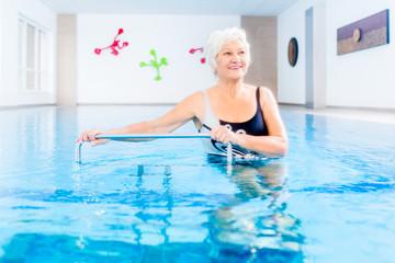 Senior in Wassergymnastik Therapie