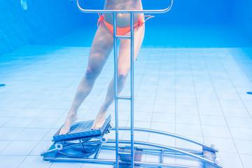 Frau in Wassergymnastik Therapie