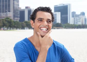 Lachender junger Mann in der City
