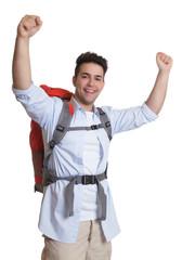 Lachender Backpacker am Ziel
