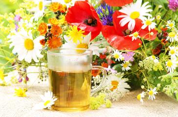 Kräutertee mit Heilkräutern und Wiesenblumen
