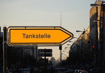 Strassenschild 37 - Tankstelle