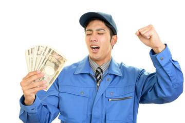 紙幣を持つ笑顔の労働者