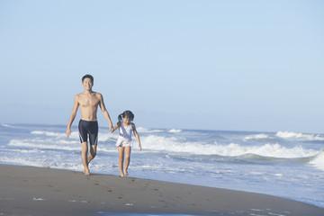 海岸を走る親子