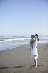 海で遊ぶ親子