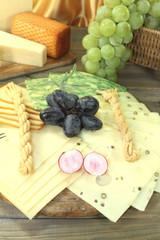 gesunde Käsescheiben mit Weintrauben und Radieschen