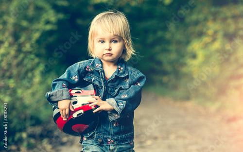 little girl on roller skates - 81113251