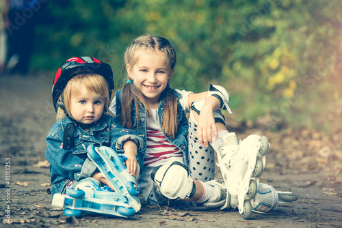 two sisters on roller skates - 81113253