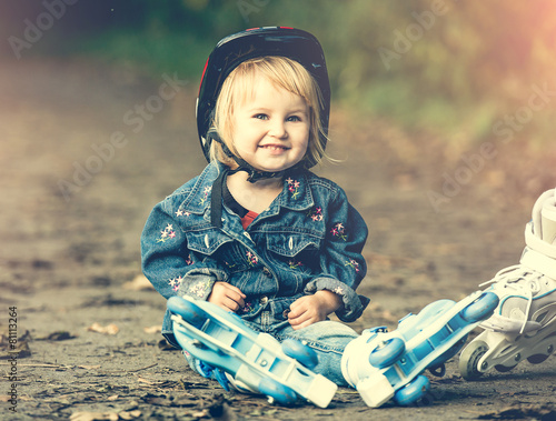 little girl on roller skates - 81113264