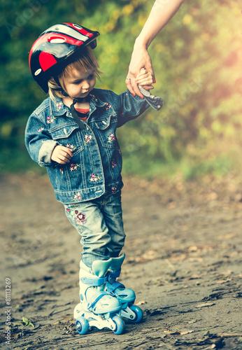little girl on roller skates - 81113269