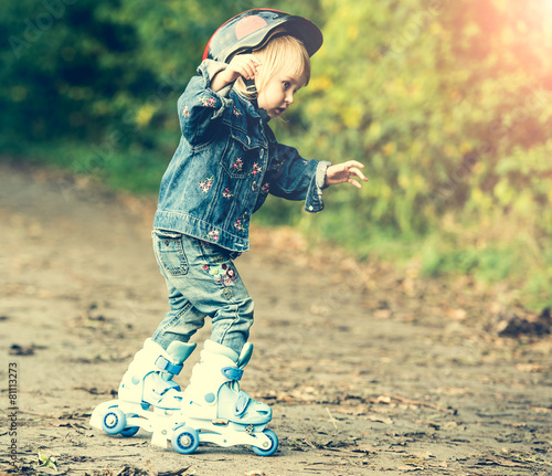 little girl on roller skates - 81113273