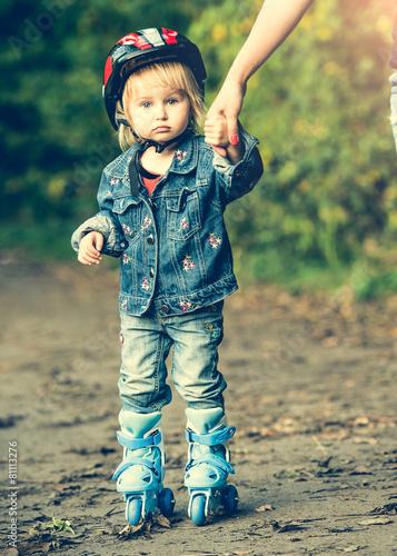 little girl on roller skates - 81113276