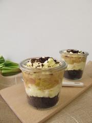 Kuchen ohne Backen mit Rhabarber und Schokoladenkeks Boden
