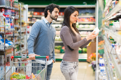 Couple shopping in a supermarket - 81118438