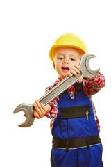 Kind als Handwerker mit Schraubenschlüssel