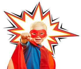 Kind spielt Superheld mit Umhang