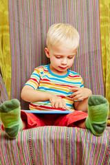Kind spielt mit Tablet Computer