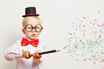 Zauberer zaubert Konfetti aus Zauberstab
