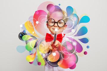 Kind als Zauberer zaubert Farben