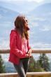 Sportliche Frau mit einer Windjacke am Berg