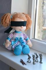 пластмассовые солдатики стреляют в куклу