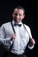 Glücklicher Geschäftsmann mit Hosenträger lacht