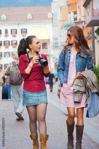 Leinwanddruck Bild Touristinnen bummeln durch die Stadt