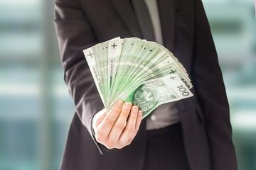 Anonimowy człowiek sukcesu trzyma pieniądze