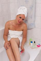 Wellness & Beauty - junge Frau, Beine rasieren