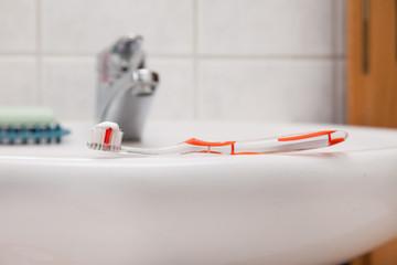 Wellness & Beauty - Zahnbürste auf Waschbeckenrand