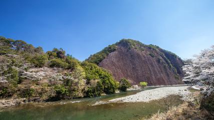 春の古座川一枚岩