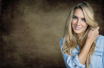 Portrait von schöner Frau mit blonden Haaren