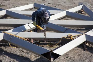 Cortando y puliendo estructuras metálicas