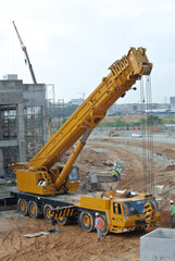 Mobile crane used to lifting heavy material
