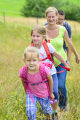 Wanderung im Grünen mit der Familie