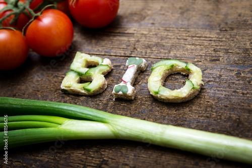 Fotobehang Groenten Wort Bio aus verschieden belegten Broten mit Tomaten und Frühli