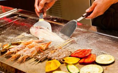 Carne, pesce e verdura sulla griglia, fuoco selettivo
