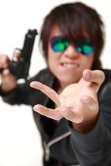 銃で脅迫する男性