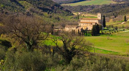 Abbazia di Sant'Antimo nelle verdi colline Toscane