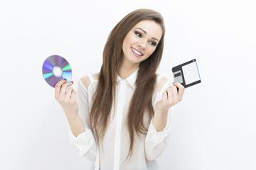 ragazza indecisa tra floppy e dvd