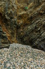 Felsformation und Kiesel an der Küste von Le Pouldu