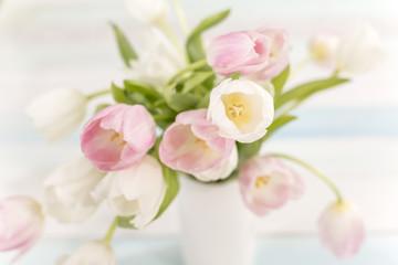 Tulpenstrauß rosa und weiss auf einem Holztisch